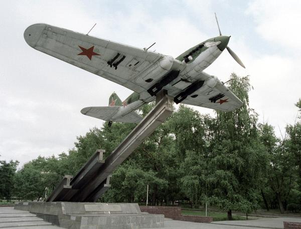 Памятник самолету Ил-2 в Воронеже