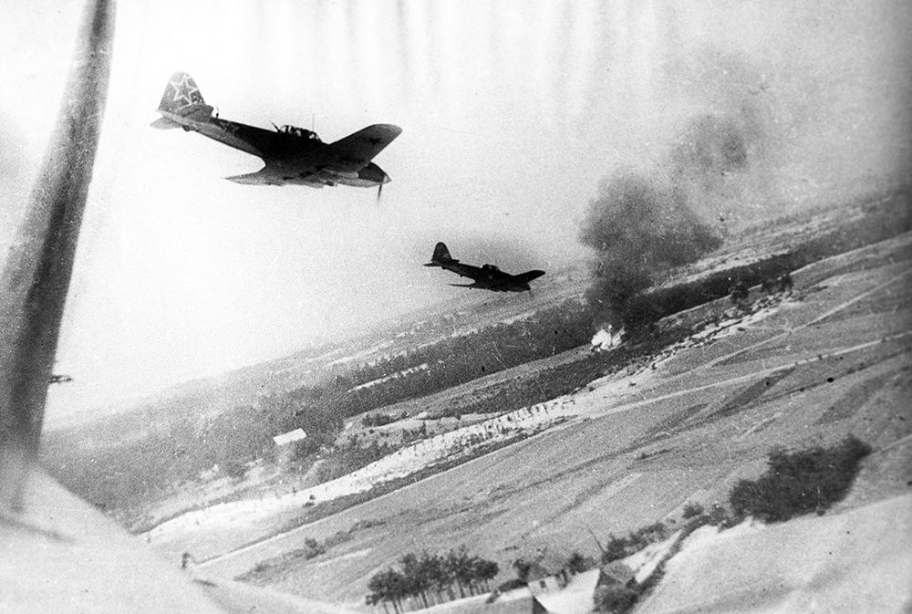 Великая Отечественная война. 1945. Пикирующие советские штурмовики Ил-2 освобождают Польшу от немецко-фашистских захватчиков