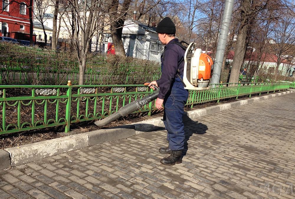 Уборка улиц весной