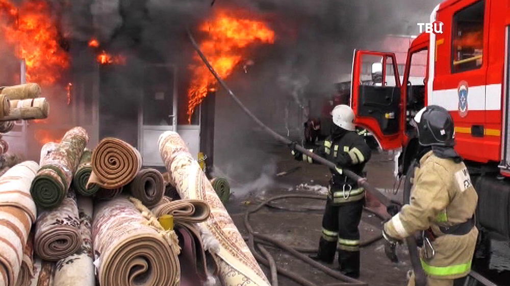 Пожарные работают на месте возгорания