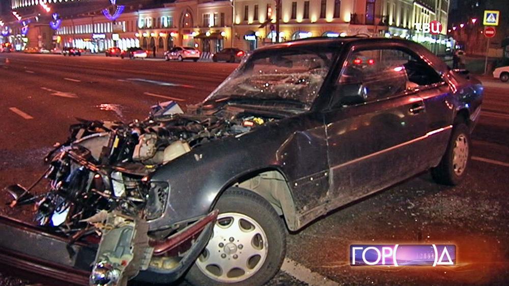 Автомобиль Mercedes после ДТП