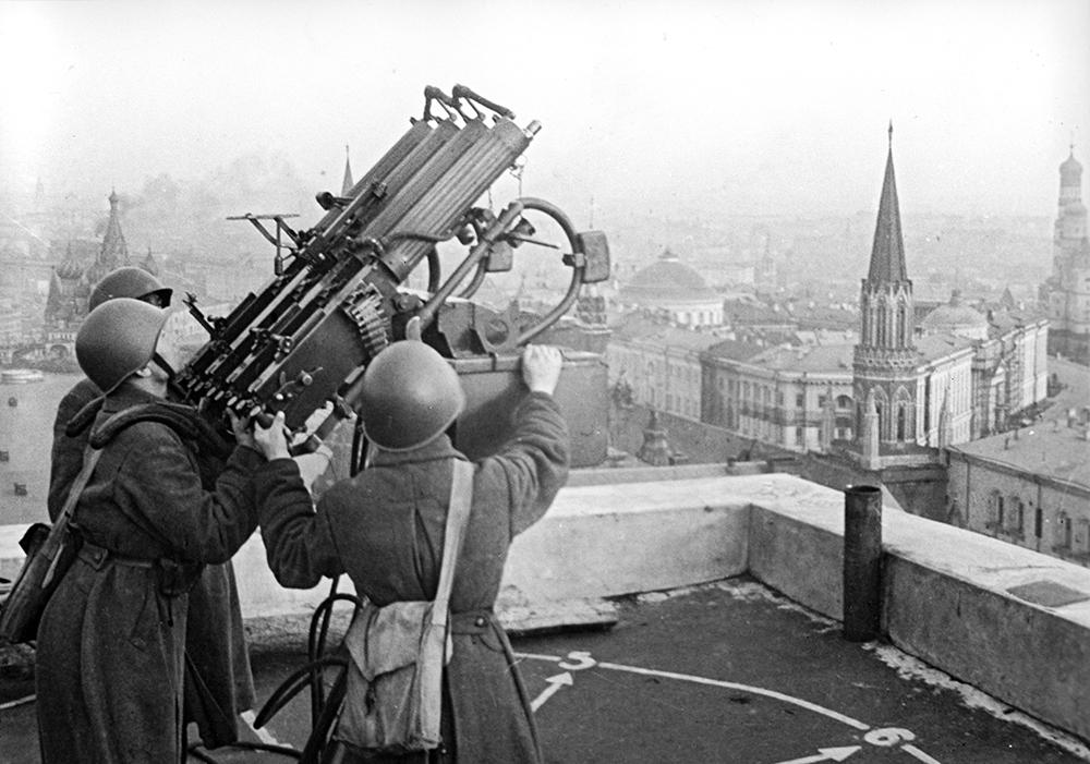 """Советские зенитчики на крыше гостиницы """"Москва"""""""