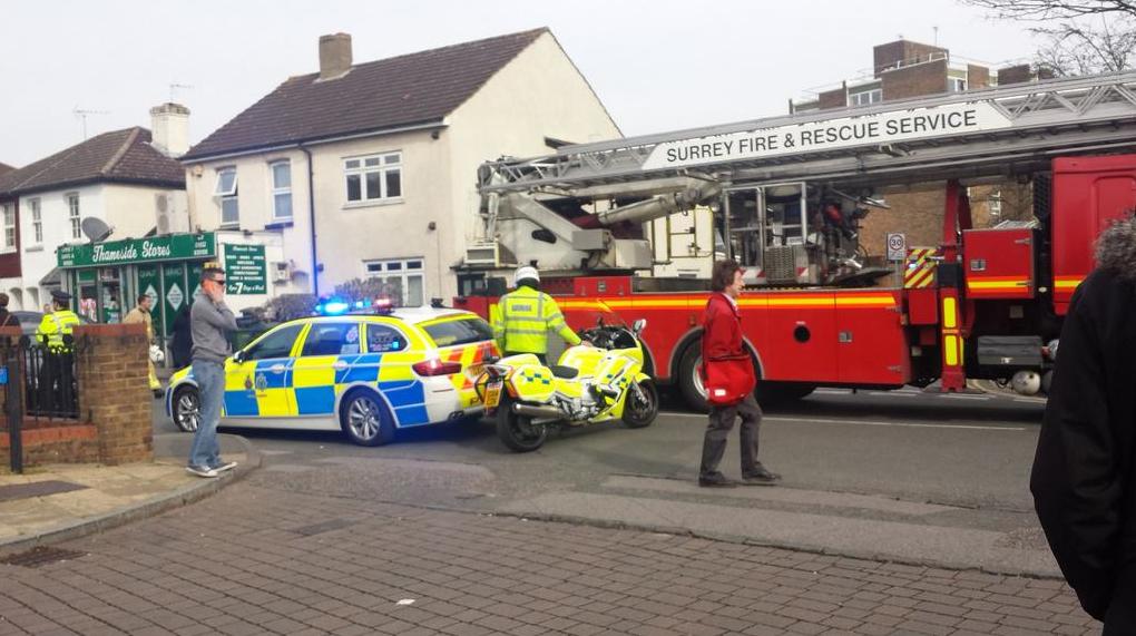 Полиция на месте взрыва возле школы в Британии