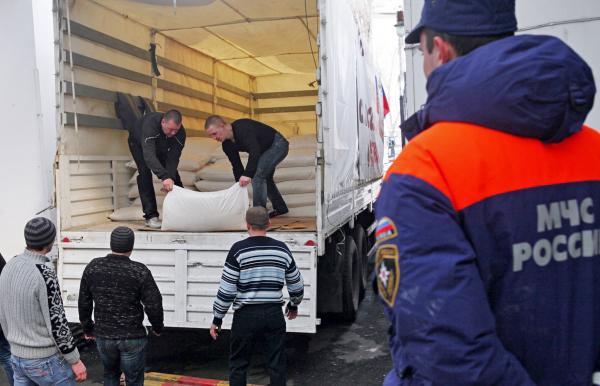 Разгрузка гуманитарной помощи для жителей Донбасса