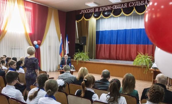 Глава республики Крым Сергей Аксенов отвечает на вопросы учащихся и педагогов во время урока