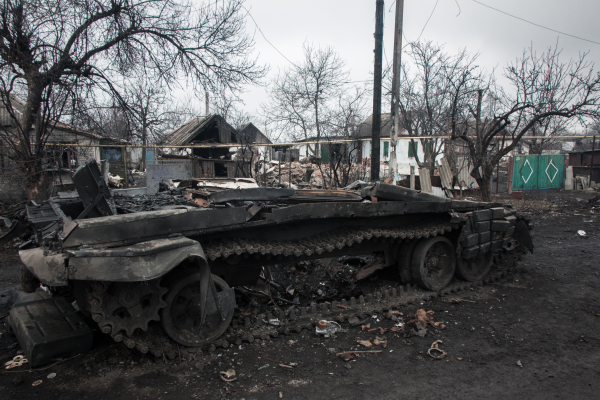 Разбитая военная техника и разрушенные дома