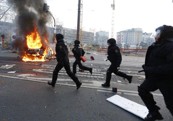 Полицейские на улице Франкфурта-на-Майне, где проходят акции протеста