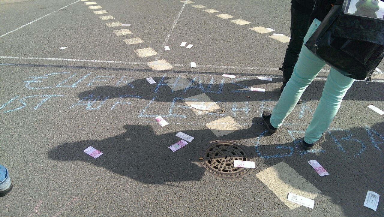 Надписи, оставленные протестующими на асфальте во Франкфурте-на-Майне