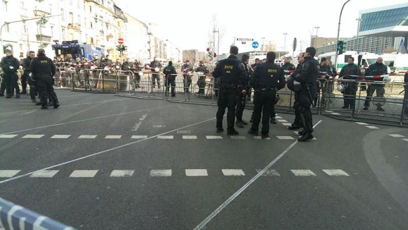 Полиция рядом со зданием Европейского центрального банка во Франкфурте-на-Майне, где произошли столкновения