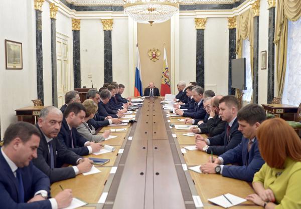 Президент России Владимир Путин проводит в Кремле совещание по вопросам социально-экономического развития Республики Крым и города Севастополя