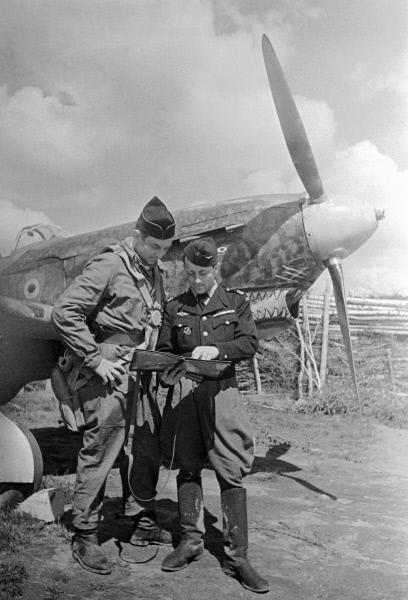 """Командир эскадрильи """"Нормандия-Неман"""" майор Жан Луи Тюлян ставит боевую задачу лётчику"""
