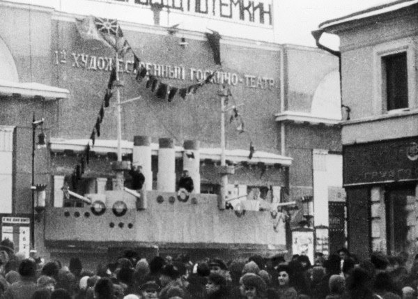 """Толпа людей у столичного кинотеатра """"Художественный"""", где демонстрируется фильм """"Броненосец Потемкин"""". 1 января 1926 г."""
