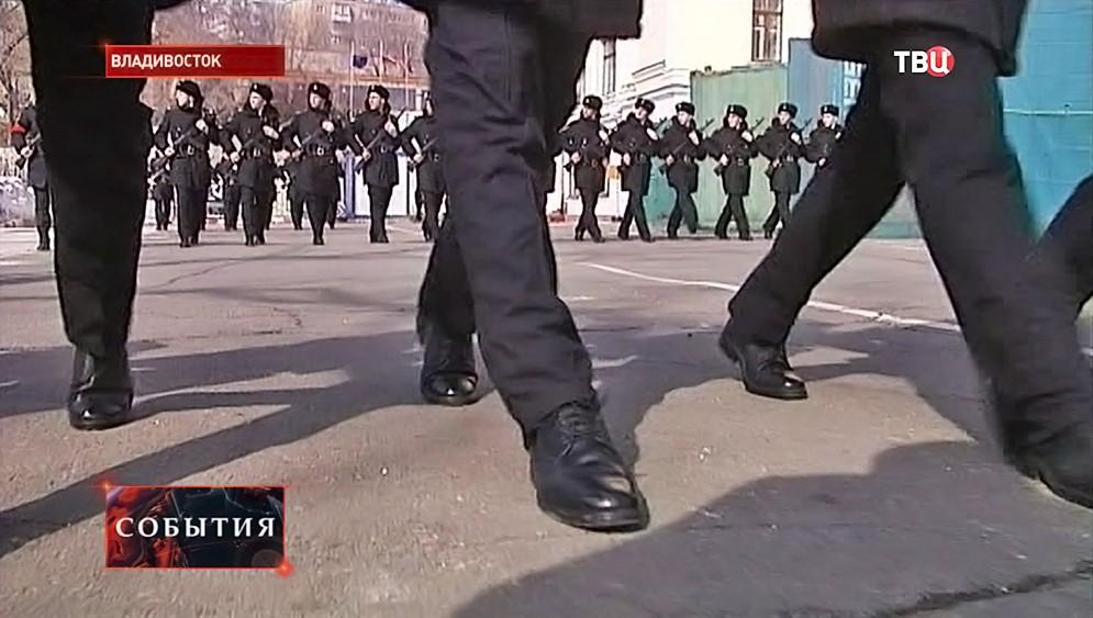 Курсанты Дальневосточного военно-морского училища маршируют