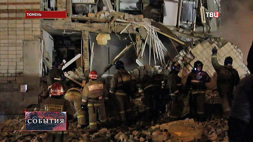 Спасатели на месте обрушения жилого дома в Тюмени
