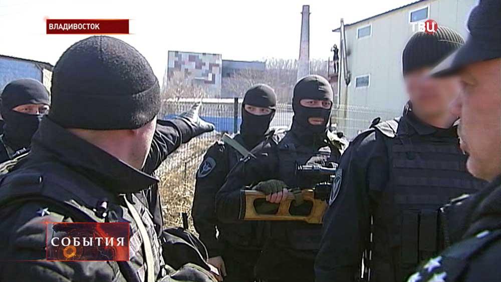 Полицейские проводят спецоперацию во Владивостоке