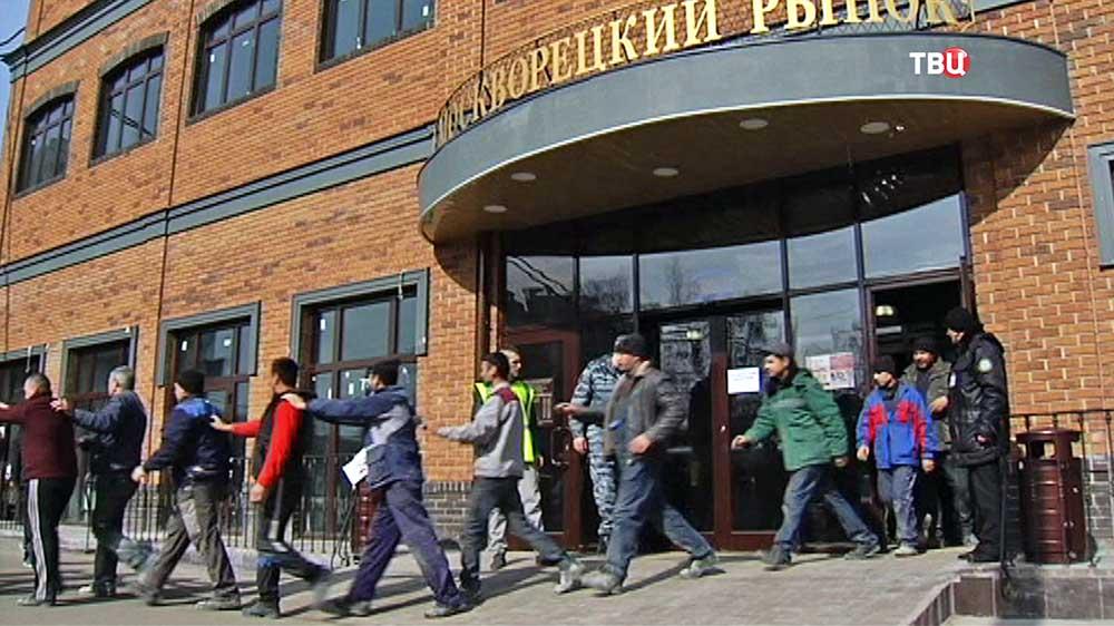 Задержанные нелегальные мигранты на Москворецком рынке