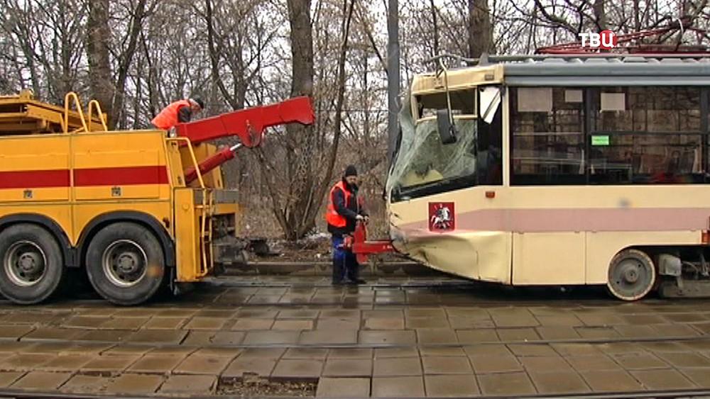 Разбитый трамвай берут на буксир
