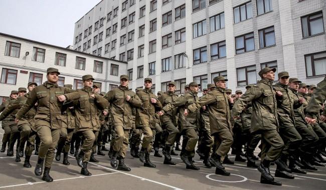 Военнослужащие украинской армии маршируют