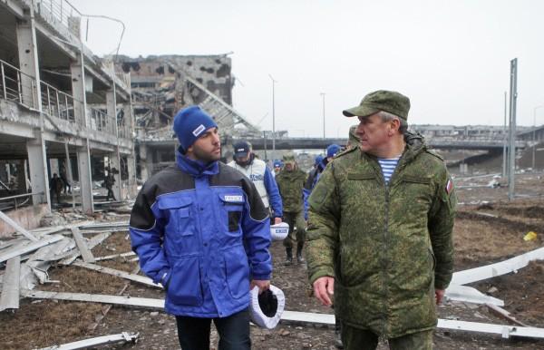 Глава миссии ОБСЕ Александр Хуг и представитель России в совместной группе по прекращению огня на востоке Украины генерал-лейтенант Александр Ленцов в аэропорту города Донецка