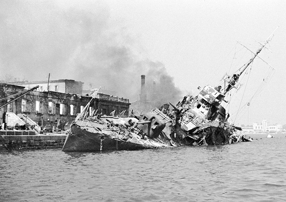 Подбитый советский эсминец в Севастопольской бухте
