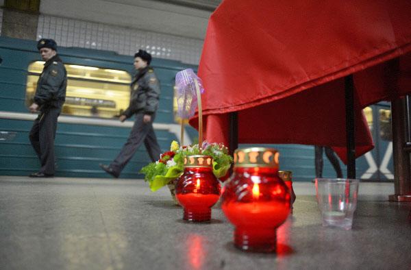 """Свечи на станции метро """"Парк культуры"""" в память о жертвах теракта"""