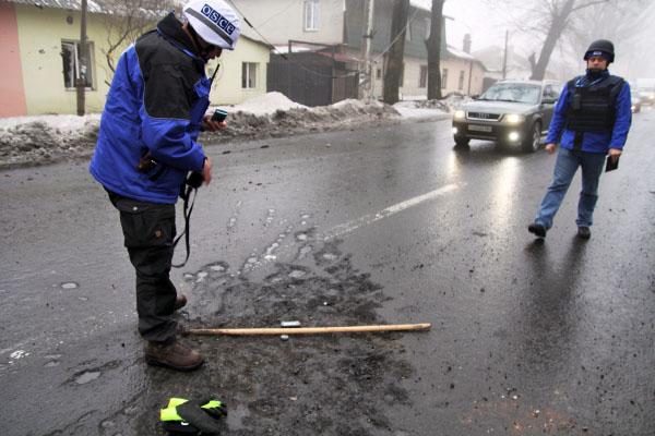Представители ОБСЕ на месте обстрела жилых кварталов Донбасса