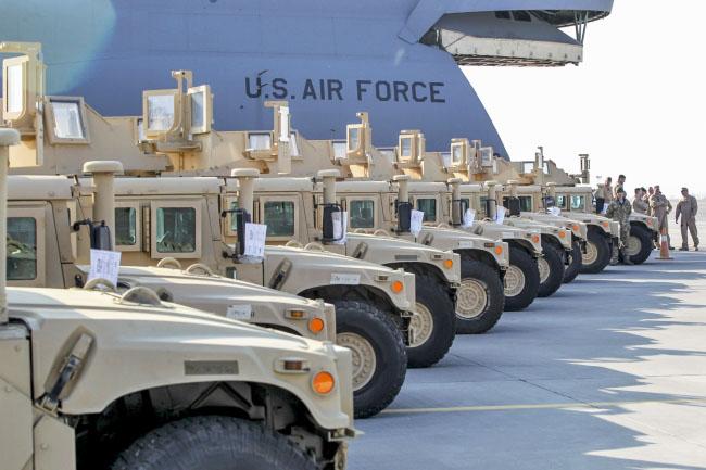 Партия военного транспорта из США доставлена на Украину