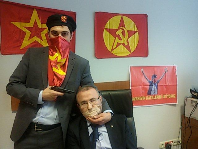 В здании суда в Стамбуле радикалы взяли в заложники прокурора