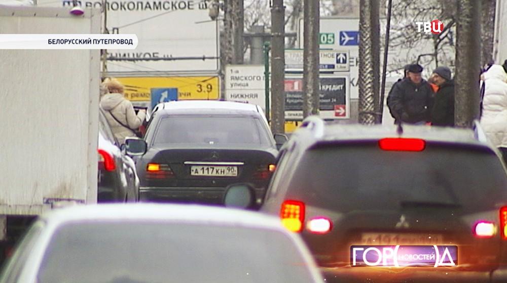 Белорусский путепровод оккупировали нелегальные таксисты