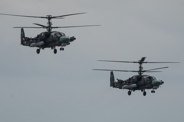 """Вертолеты Ка-52 """"Аллигатор"""" во время прибытия на аэродром """"Кубинка"""""""