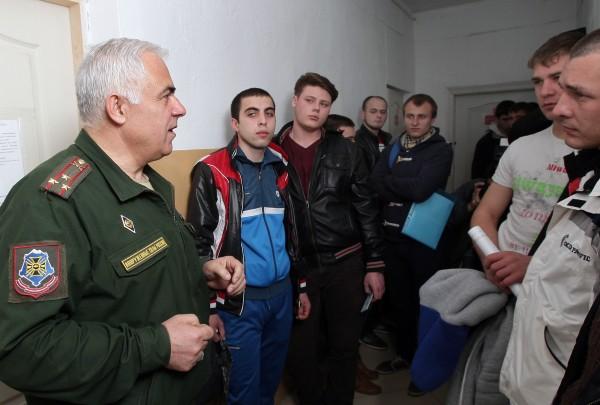 Военный комиссар и призывники во время медосмотра на сборном призывном пункте