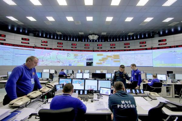 Сотрудники Национального центра управления в кризисных ситуациях МЧС России