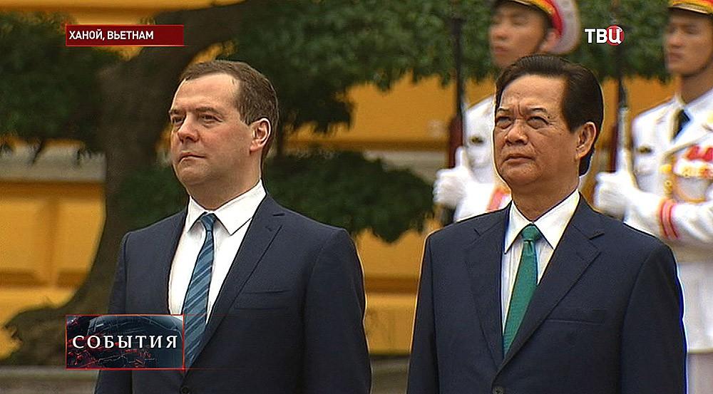 Председатель правительства РФ Дмитрий Медведев во время церемонии возложения венка к Мавзолею Хо Ши Мина в Ханое