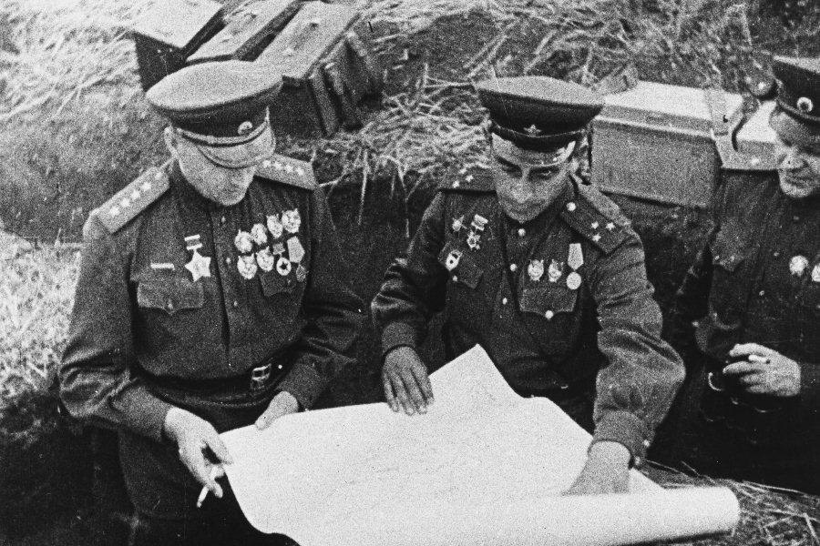 Маршал Константин Рокоссовский на поле боя. Курская битва, 1943 год
