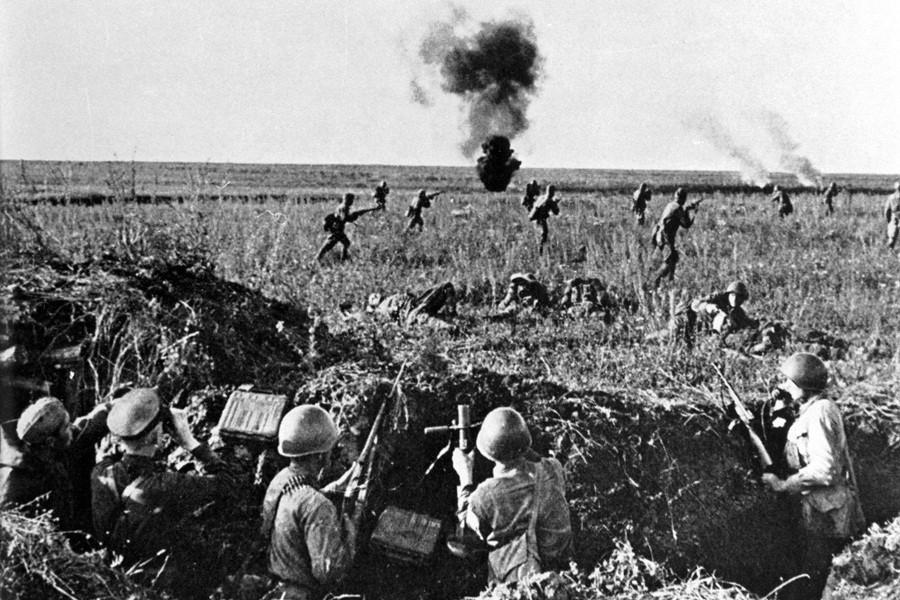 Советские войска идут в контратаку в битве на Курской дуге, 1943 год
