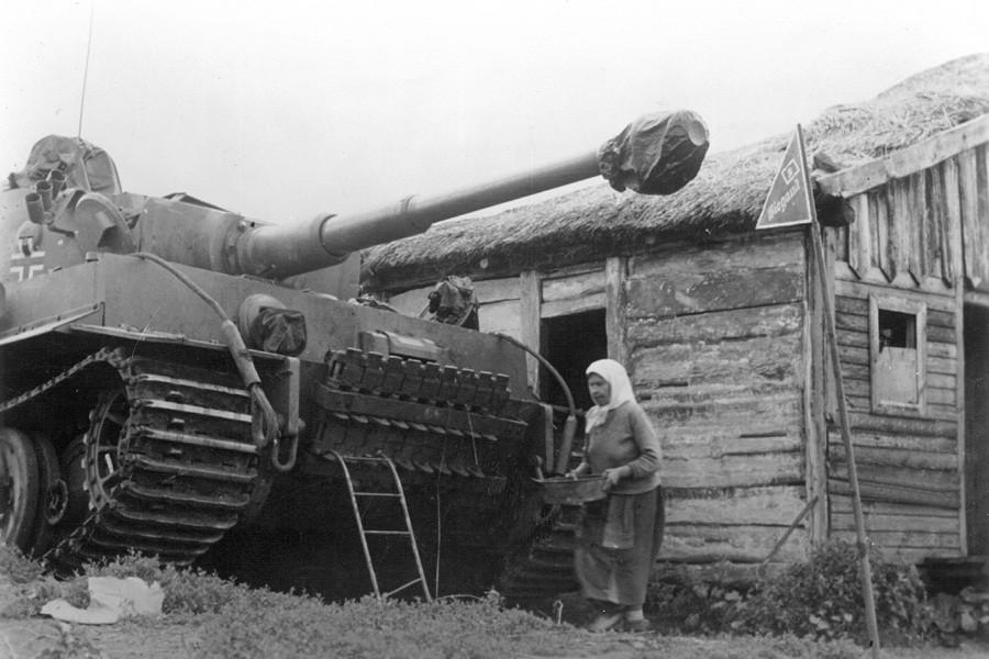 """Немецкий тяжелый танк """"Тигр"""" в деревне под Курском, 1943 год"""