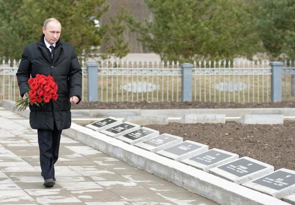 Президент России Владимир Путин возлагает цветы к воинскому мемориалу