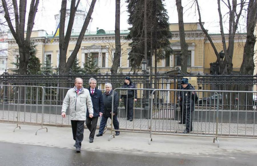 Представители КПРФ передали обращение в здание посольства Украины в Москве