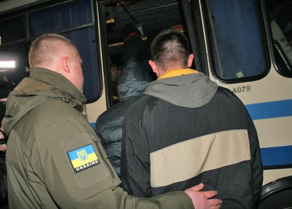 Украинские силовики во время процедуры передачи военнопленных украинской стороне