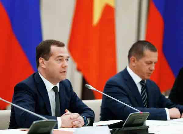 Председатель правительства РФ Дмитрий Медведев во время встречи с представителями российских и вьетнамских деловых кругов