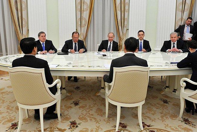 Владимир Путин принял в Кремле Министра иностранных дел КНР Ван И