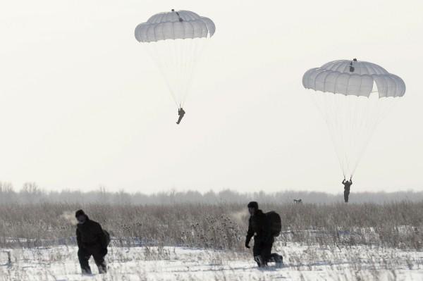 Бойцы ВДВ совершают прыжки с парашютом