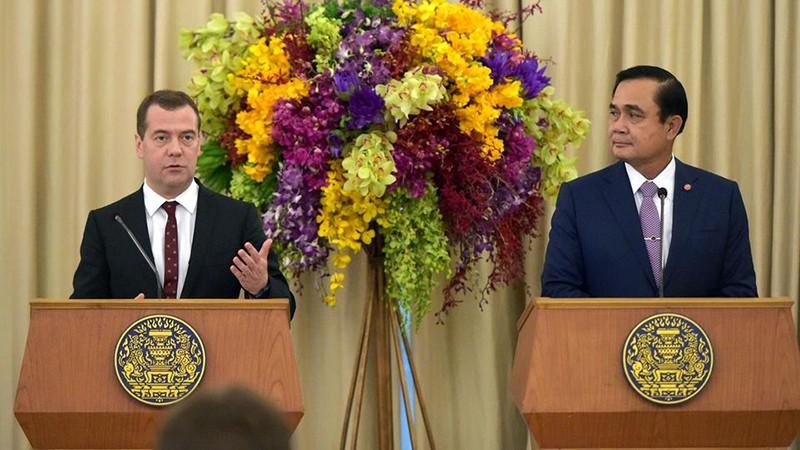 Премьер-министр России Дмитрий Медведев и премьер-министр королевства Таиланд Прают Чан-Оча