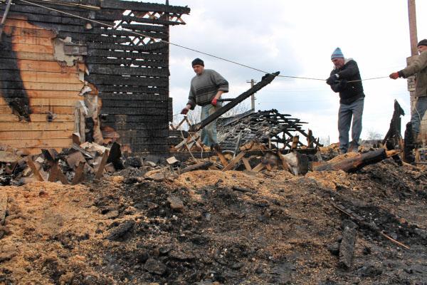 Жители Донецка у дома, разрушенного в результате обстрела украинскими силовиками в Донецке
