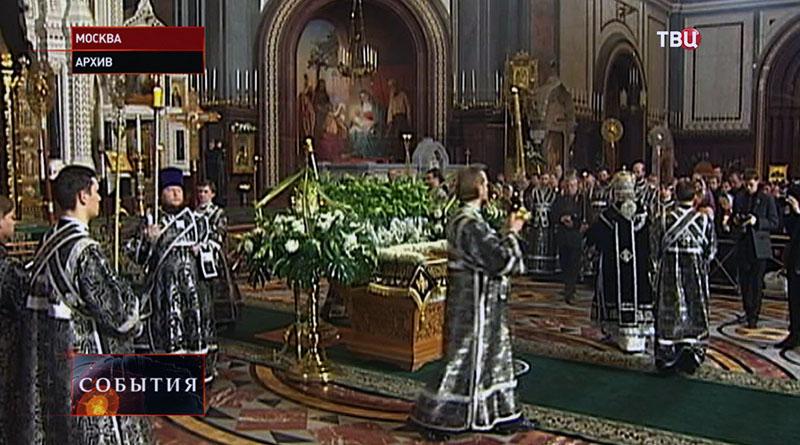 Патриарх Кирилл совершает богослужение в Храме Христа Спасителя
