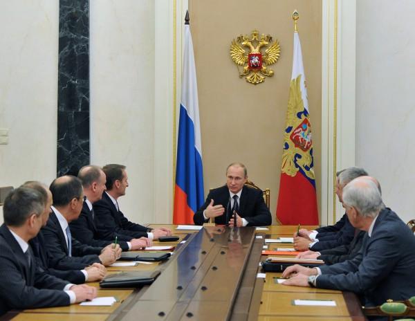 Президент России Владимир Путин проводит совещание с постоянными членами Совбеза