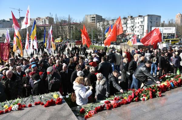 Участники праздничных мероприятий, посвященных годовщине освобождения Одессы от немецко-фашистских захватчиков на площади 10-го апреля в Одессе