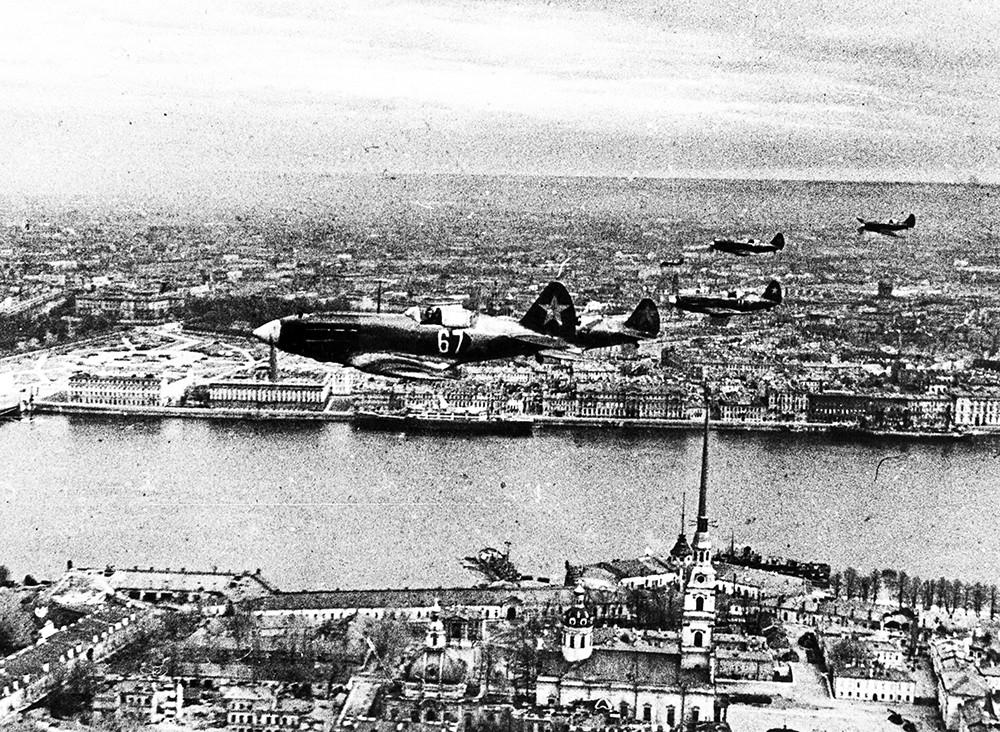 Звенья истребителей МиГ-3 над Ленинградом