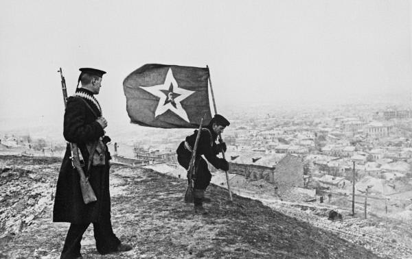 Репродукция фотографии города Керчь. Военно-морской флаг водружается над освобожденным городом. 1944 год