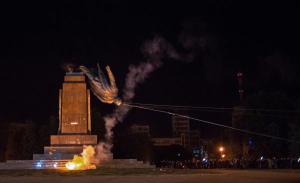 Неизвестные разрушают памятник Владимиру Ленину